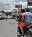 El paso por El Rancho, San Agustín Acasaguastlán, se ha convertido en un dolor de cabeza para los transportistas. Uno de los grandes proyectos en planes del CIV es la construcción de un puente elevado en el área donde han abundado los comercios.  (Foto Prensa Libre: Hemeroteca PL)