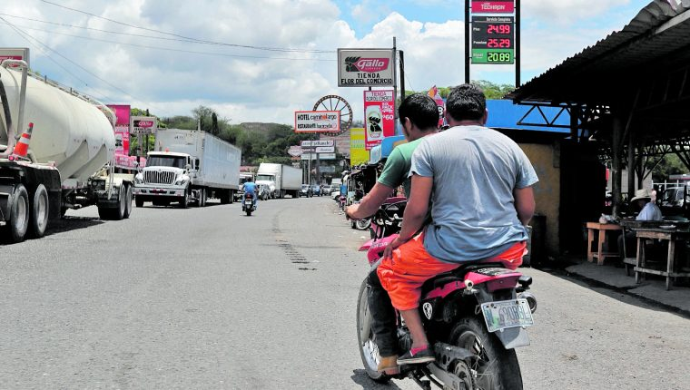 A la orilla de la carretera al Atlántico, en El Rancho, han proliferado las ventas y construcciones. (Foto Prensa Libre: Hemeroteca PL)