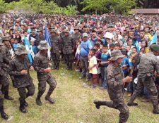 Soldados y pobladores participan en actos cívicos en Semuy 2, El Estor, Izabal. (Foto Prensa Libre: Tomada de @Ejercito_GT).