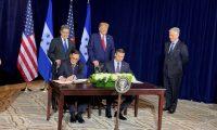 El presidente Donald Trump observa la firma del acuerdo migratorio entre su país y Honduras. (Foto Prensa Libre: Tomada de @DHSMcAleenan)