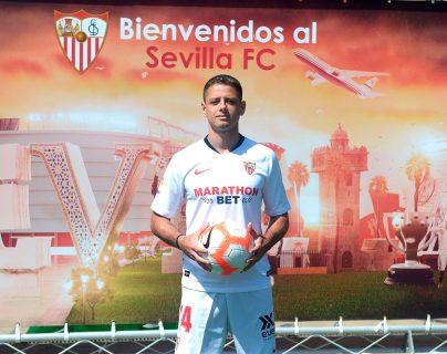 Javier Hernandez Chicharito, posa con la camisola de su nuevo equipo. (Foto Prensa Libre: AFP)