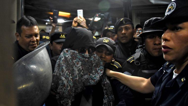 La excandidata presidencial Sandra Torres durante su captura. (Foto Prensa Libre: AFP)