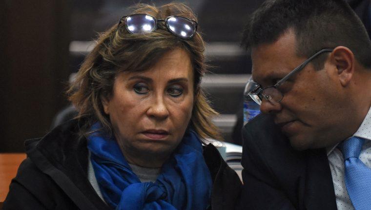 Sandra Torres junto a su abogado Vinicio Salvatierra. (Foto Prensa Libre: Hemeroteca PL)