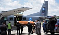 Guatemalan Army members unload the coffin of one of three soldiers killed in El Estor municipality, Izabal department, upon its arrival at the Air Force Base in Guatemala City on September 05, 2019. - A group of alleged drug traffickers executed three soldiers in northern Guatemala after an ambush on Tuesday in which three other military men were wounded and two went missing, government sources reported. (Photo by Johan ORDONEZ / AFP)