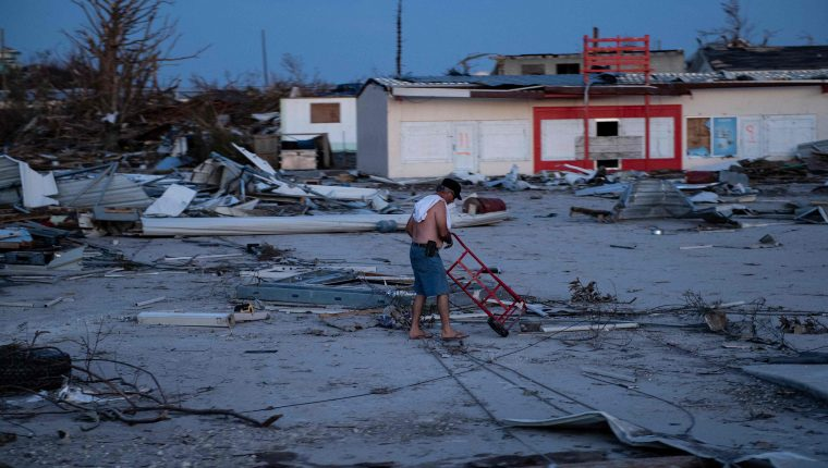 La vista desoladora de varias casas destruidas puede observarse en las Bahamas. (Foto Prensa Libre: AFP)