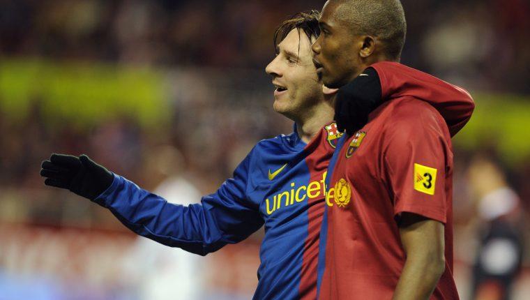 El camerunés Samuel Eto'o junto a Lionel Messi cuando jugaron juntos en el Barcelona. (Foto Prensa Libre: AFP)