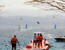 Surfers de la ciudad de Eliat, en Vietnam, participan en la limpieza de playas en el Día Mundial de la Limpieza del Planeta. Foto Prensa Libre: AFP