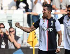 Cristiano Ronaldo celebra tras anotar en el partido de la Juventus contra el SPAL. (Foto Prensa Libre: AFP).