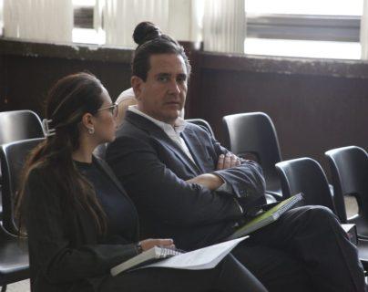 Gustavo Alejos dialoga con su abogada en la audiencia en que lograron mantener su libertad condicional. (Foto Prensa Libre: Noé Medina)