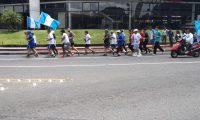 Grupo de personas corre con la antorcha en las cercanías del Obelisco. (Foto Prensa Libre).