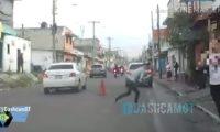 Momento en que la mujer fue atacada en El Mezquital. (Foto Prensa Libre: Imagen tomada del video de Comunidad Dashcam Guatemala)