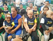 Varios niños de Ayuvi estuvieron presentes en la presentación de la 59 Vuelta a Guatemala, la cual será dedicada a ellos. (Foto Prensa Libre: Carlos Vicente)