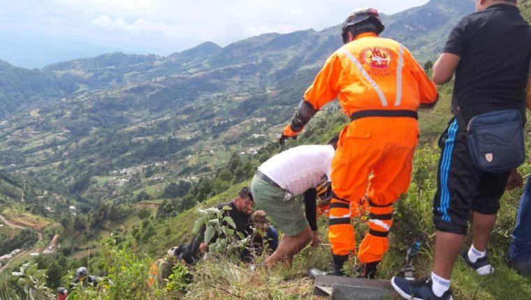 Debido a la falta de barreras de protección, los vehículos caen en profundos barrancos, en la ruta a Los Cuchumatanes, Huehuetenango. (Foto Prensa Libre: Mike Castillo)