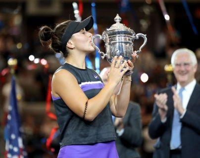 La canadiense Bianca Andreescu festeja con el trofeo de campeona, después de haber vencido a la estadounidense Serena Williams. (Foto Prensa Libre: AFP).