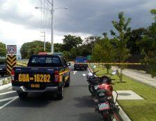 Bomberos Municipales acordonaron el área en el bulevar El Naranjo, Mixco, a la espera de peritos del Ministerio Público. (Foto Prensa Libre: cortesía Emixtra)