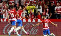 GRAF6461. GRANADA, 21/09/2019.- Los jugadores del Granada celebran su primer gol ante el Barcelona en el partido de LaLiga que se disputa este sábado en el estadio Nuevo Los Cármenes. EFE/ Pepe Torres