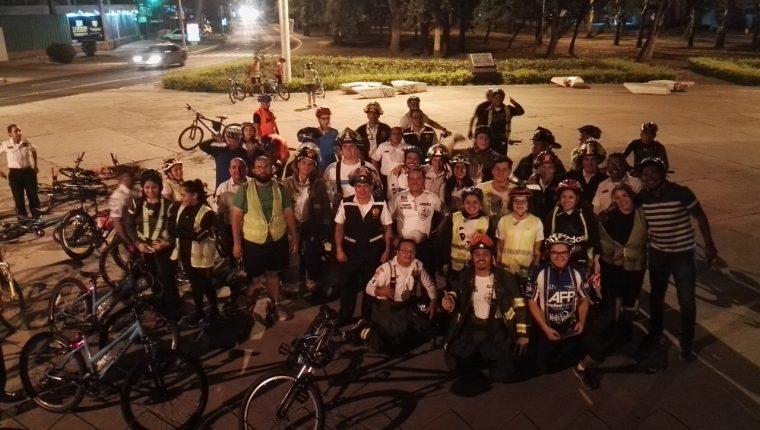 Ciclistas de varios sectores de la Ciudad de Guatemala participan en un colazo nocturno en beneficio de los bomberos Voluntarios. (Foto Prensa Libre: Cortesía)