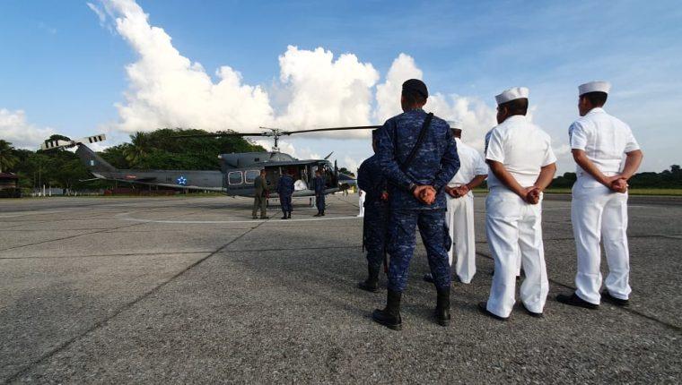 Los cadáveres de los tres soldados arriban a la Brigada de Infantería de Marina, en Puerto Barrios. (Foto Prensa Libre: Dony Stewart).