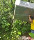 Trabajador de almacén de electrodomésticos traslada una de las camas hacia la casa de la familia de José Barrondo. (Foto Prensa Libre: Cortesía)
