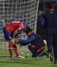 El delantero Carlos Kamiani se resintió luego de una jugada en el partido ante Guastatoya. (Foto Prensa Libre: Raúl Juárez)