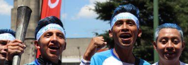 Los jóvenes visten los colores de Guatemala para mostrar su patriotismo. (Foto Prensa Libre: Raúl Juárez)