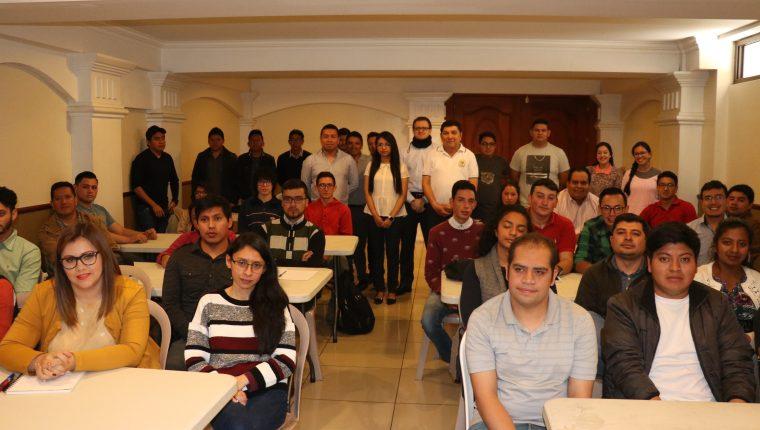 Las expectativas de los organizadores quedó rebasada del número de jóvenes que acudieron a la convocatoria. (Foto Prensa Libre: Raúl Juárez)