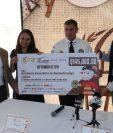 Organizadores de la carrera entregaron el donativo al Mayor Bombero Raúl Izas. (Foto Prensa Libre: Raúl Juárez)