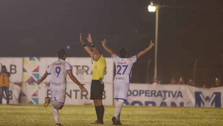 Así festejaron los jugadores de Mixco, después del gol del empate. (Foto Prensa Libre: Eduardo Sam)