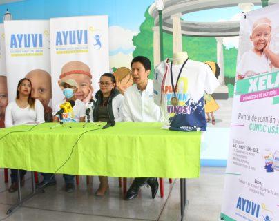 Organizadores presentaron la playera y medalla que darán a los participantes de la quinta edición de la carrera. (Foto Prensa Libre: Raúl Juárez)