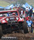 Los pilotos pusieron a prueba los carros en una pista que fue muy complicada de pasar. (Foto Prensa Libre: Raúl Juárez)