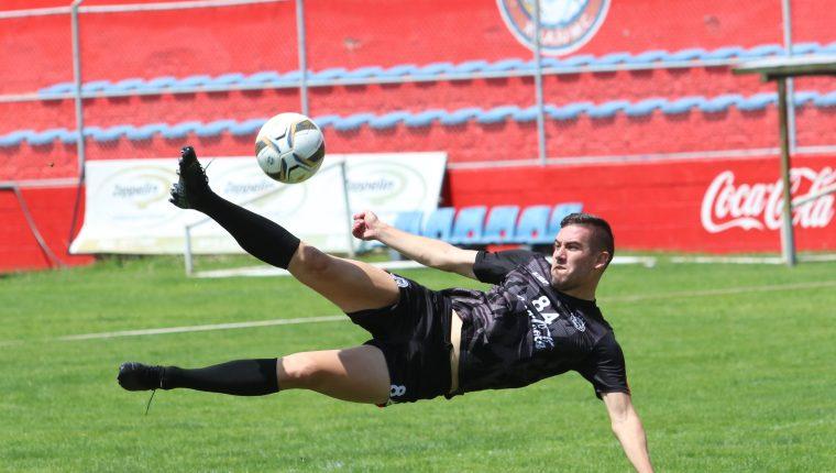 El delantero argentino, Gonzalo Vivanco está motivado por aportar los goles a Xelajú. (Foto Prensa Libre: Raúl Juárez)
