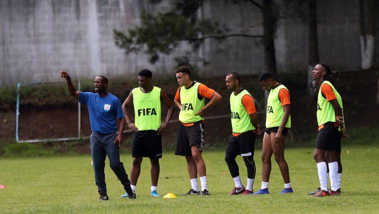 El técnico Nigel Connor le da indicaciones a sus jugadores durante la práctica del martes. (Foto Prensa Libre: Jeniffer Gómez)