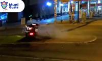 En la imagen se observa el vehículo momentos antes de chocar contra el poste. (Foto Prensa Libre: Twitter Alcaldía de Guatemala)