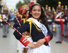 Batonista se luce en el desfile por la Independencia patria. (Foto Prensa Libre: Oscar Rivas).