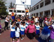 Estudiantes de la Escuela Oficial Rural Mixta Santa Anita, Santa Catarina Pinula, participan en fiesta cívica. (Foto Prensa Libre: Cortesía).