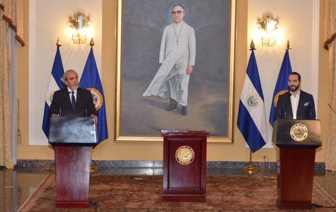 Luis Porto, de la OEA, y el presidente salvadoreño Nayib Bukele, en conferencia de prensa del lanzamiento de la Cicies. (Foto Prensa Libre: @PrensaBukele)