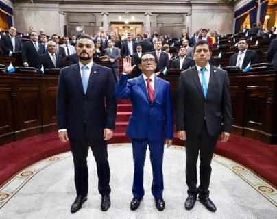 Idonaldo Fuentes Fuentes es juramentado director del IDPP. (Foto Prensa Libre: Congreso)