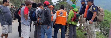 Equipos se coordinan para la búsqueda de los dos turistas. (Foto Prensa Libre: PNC)