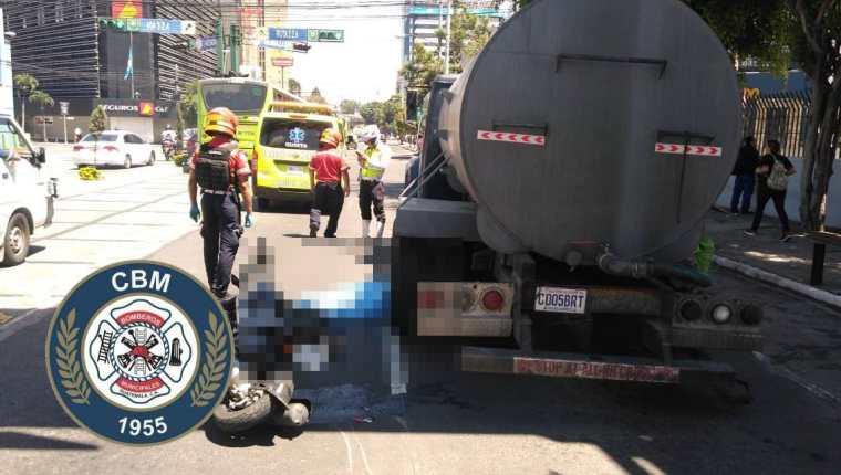Motorista perdió la vida en la séptima avenida, zona 4. (Foto tomada de Bomberos Municipales)