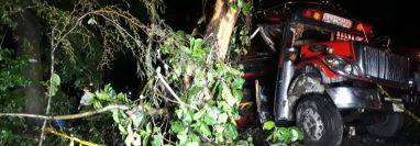 La camioneta se salió del camino a una zona boscosa. (Foto Prensa Libre: Bomberos Voluntarios)