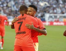 Neymar y Mbappé se abrazan, en el partido de este sábado. (Foto Prensa Libre: Twitter @PSG_espanol)