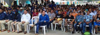 Funcionarios y beneficiados participan en la entrega de las escrituras a damnificados por el Volcán de Fuego. (Foto Prensa Libre: Enrique Paredes).