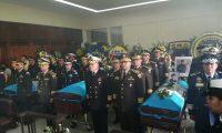 Oficiales del Ejército custodian los féretros de tres soldados muertos en Izabal. (Foto Prensa Libre: María René Barrientos)
