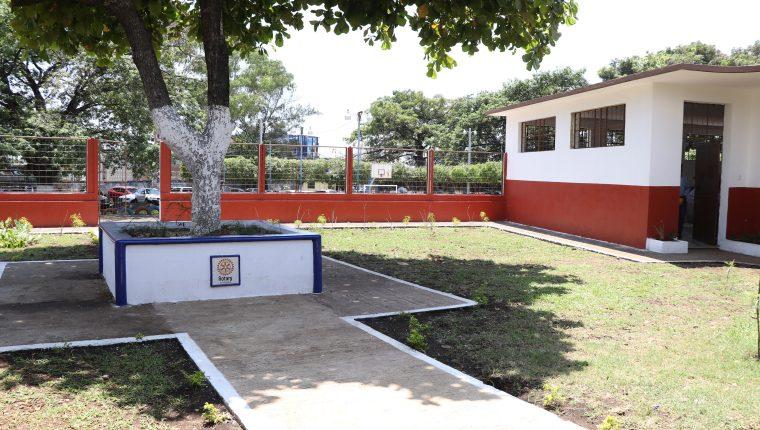 Foto 7: El remozamiento incluyo la restauración de los jardines del la escuela José Martí. (Foto Prensa Libre: Carlos Paredes)