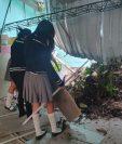 Estudiantes observan el daño en la Escuela Nacional Central de Formación Secretarial. (Foto Prensa Libre: Dadiana Cabrera).