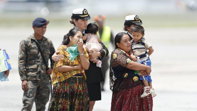 La madre y esposa de César Agusto Leonel Seb Tun esperan el cuerpo de su ser querido en la pista de la Fuerza Aérea Guatemalteca. (Foto Prensa Libre: Esbin García)