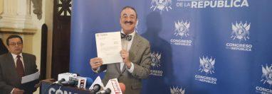 El diputado Fernando Linares-Beltranena presenta una iniciativa de ley que busca agilizar la atención médica en los reos. (Foto Prensa Libre: Cortesía)