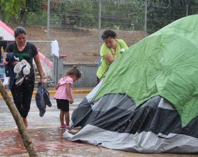 Los migrantes se niegan a ir a albergues, a pesar de la fuerte lluvia en Matamoros, México. (Foto Prensa Libre: EFE)