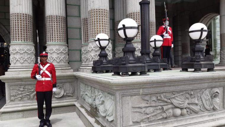 Integrantes de la Unidad de Honores de la Guardia Presidencial resguardan el Palacio Nacional. (Foto Prensa Libre: Dulce Rivera).