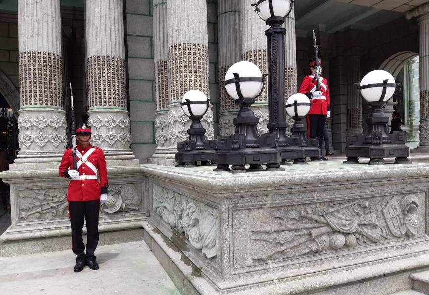 ¿Quiénes son los soldados de rojo que resguardan el ingreso al Palacio Nacional de la Cultura?